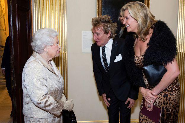 La reine Elizabeth II avec Rod Stewart et sa femme Penny Lancaster à Londres, le 11 octobre 2016