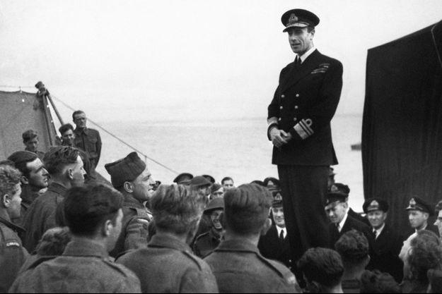 Le vice-amiral Lord Louis Mountbatten, chef des opérations combinées, avec certaines de ses troupes en juillet 1942