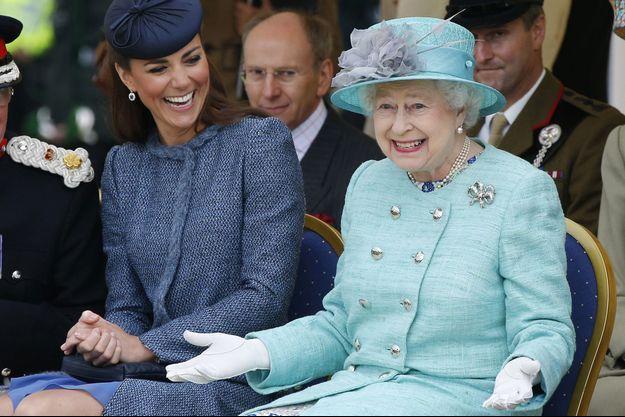 La reine Elizabeth, dubitaive et rigolarde avec Kate à Nottingham en 2012.