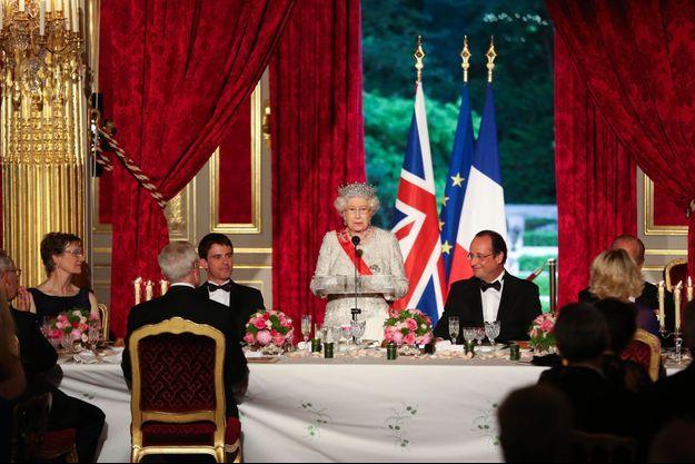 Elizabeth II lors du dîner d'Etat avec le président français François Hollande à Paris en juin dernier.