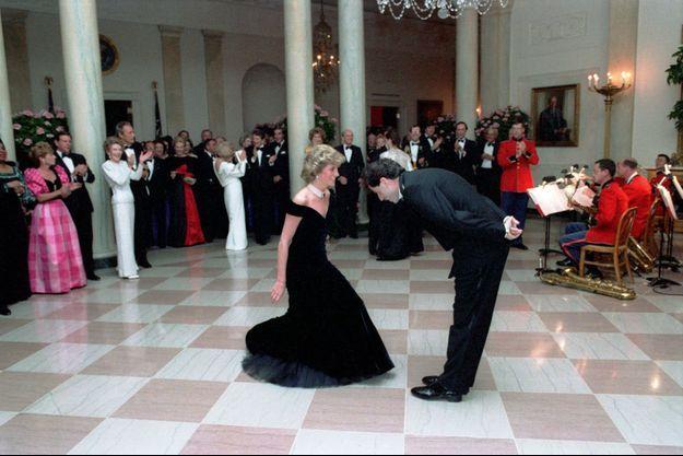 La princesse Diana dans sa robe Victor Edelstein avec John Travolta à la Maison Blanche à Washington, le 9 novembre 1985