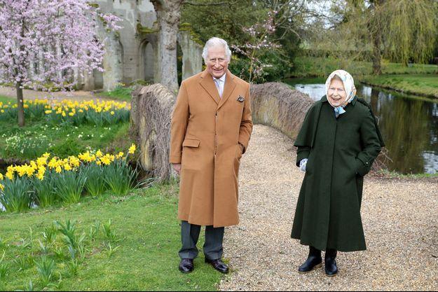 Le prince Charles et sa mère la reine Elizabeth II à Frogmore House à Windsor, le 23 mars 2021