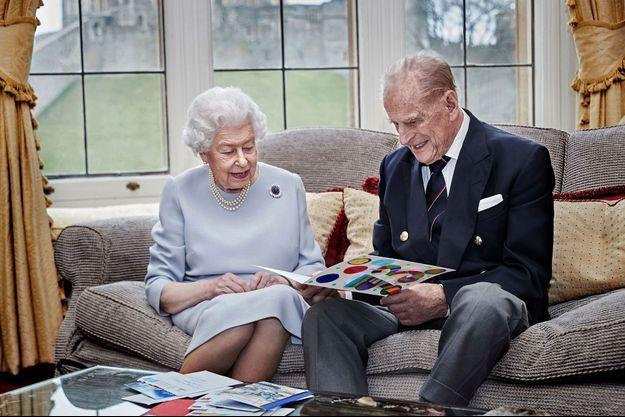 Portrait officiel de la reine Elizabeth II et du prince Philip pour leur 73e anniversaire de mariage, prise au château de Windsor le 17 novembre 2020