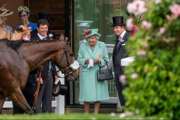 """La reine EliLa reine Elizabeth II avec son """"racing manager"""" au Royal Ascot, le 19 juin 2021"""