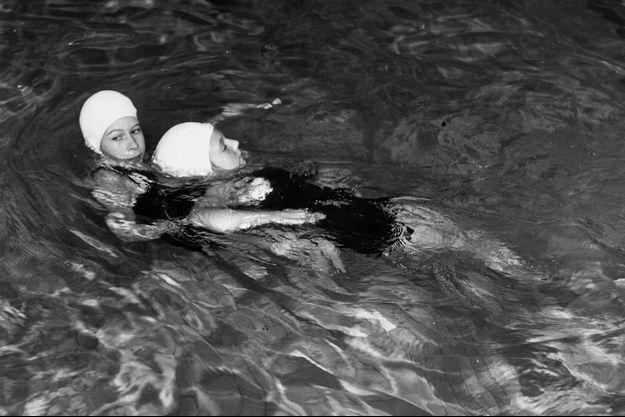 La princesse Elizabeth II lors d'un exercice de sauvetage de noyage