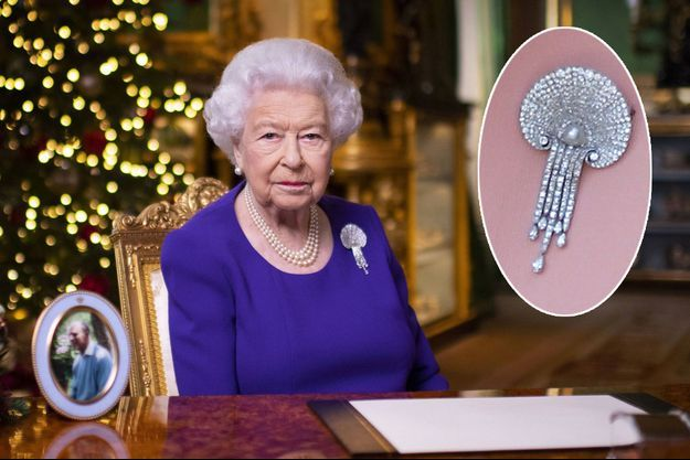 La reine elizabeth II parée de la Courtauld Thomson Scallop-Shell Brooch pour son discours de Noël 2020. En vignette, zoom sur cette broche