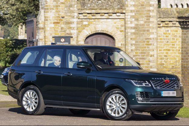 La reine Elizabeth II quittant son château de Windsor en voiture, le 4 novembre 2020