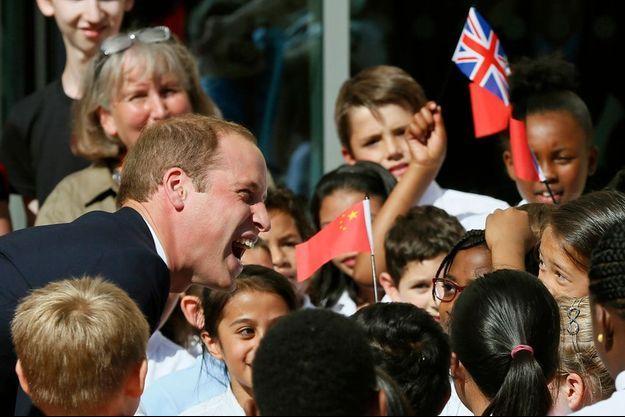 William hilare lors d'une visite d'une école à Oxford ce lundi.