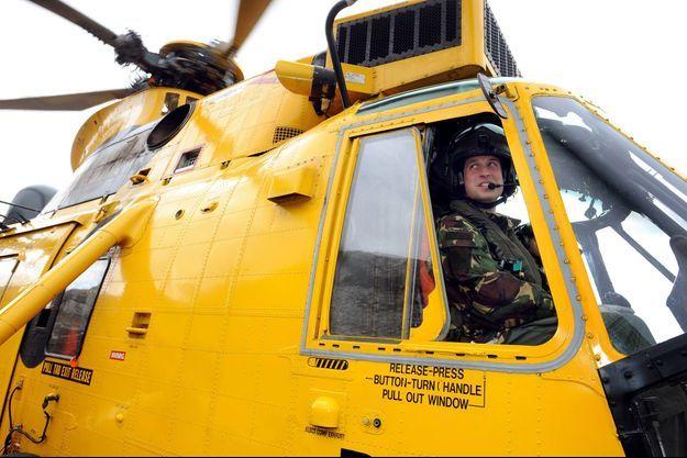 Le prince William, pilote de secours et recherche à la Royal Air Force d'Anglesey.