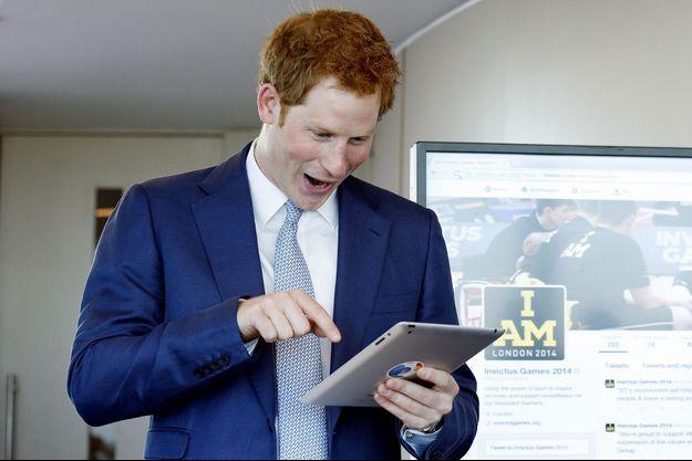 Le prince Harry en train de tweeter.