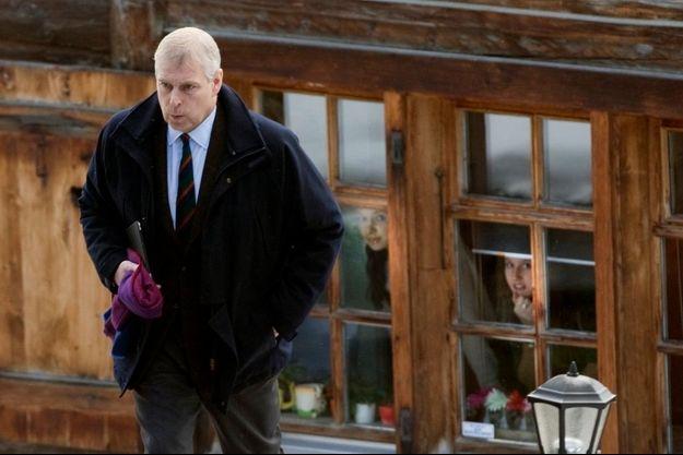 Le 4 janvier, dans les Alpes suisses, le prince Andrew s'aprête à écourter ses vacances en famille pour affronter la tourmente.