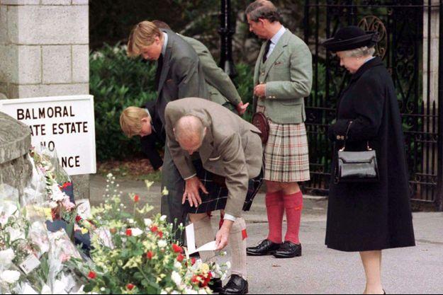 La reine Elizabeth II avec les princes Philip, Charles, William et Harry découvrent les hommages floraux pour Diana aux portes de Balmoral le 4 septembre 1997