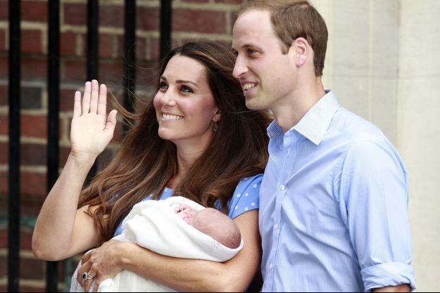 Kate, William et George à la sortie de la maternité.