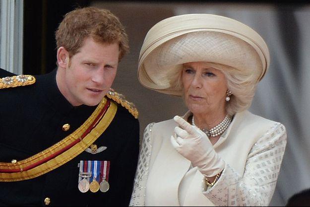 Le prince Harry et sa belle-mère Camilla, au balcon de Buckingham pour le Trooping The Colour de juin 2013.