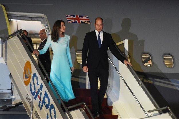 Kate et William descendent de leur avion, le 14 octobre 2019.