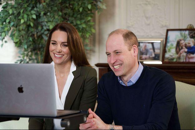Kate et William en train de parler à deux personnes cliniquement vulnérables qui pourront bientôt recevoir leur premier vaccin.