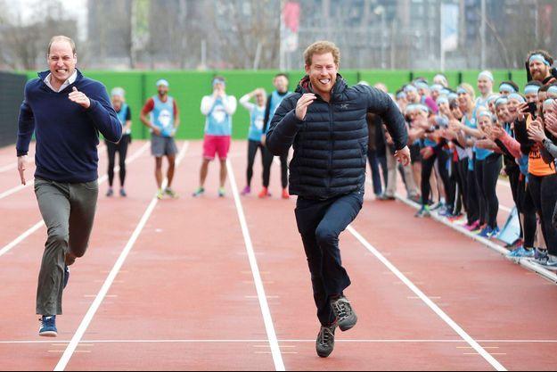 En 2017, à Londres, quand William et Harry participaient à une course de relais au profit de la campagne Heads Together, sur la santé mentale.