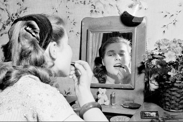 « Depuis ses dix-huit ans, Isabelle a le droit de mettre du rouge à lèvres, c'est son seul maquillage. » - Paris Match n°105, 24 mars 1951