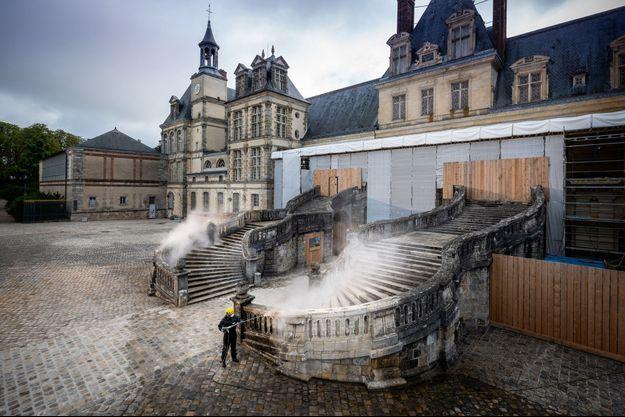 Restauration de l'escalier en fer-à-cheval dans la cour d'honneur du château de Fontainebleau par l'entreprise Kärcher