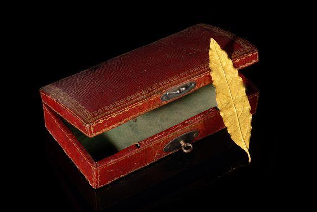 La feuille d'or de la couronne du sacre de l'empereur Napoléon Ier vendue par la maison d'enchères Osenat à Fontainebleau le 19 novembre 2017