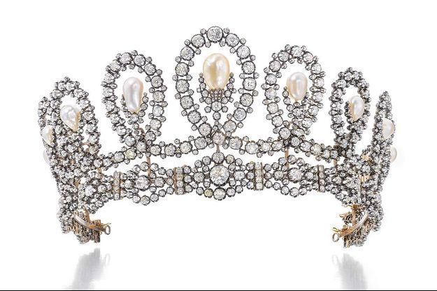 Le diadème est composé de motifs de volutes graduées sertis de diamants taille coussin, taille circulaire et simple, encadrant onze perles naturelles en forme de goutte légèrement baroques.