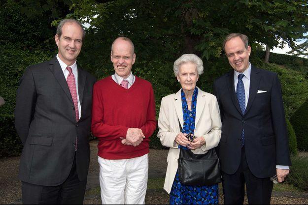 Le prince François d'Orléans (en pull-over rouge) avec sa mère et ses frères les princes Eudes et Jean, à Dreux le 26 juin 2015