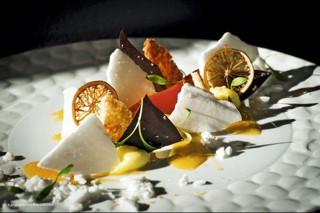 Dessert de carottes confites à la passion, meringue géranium, éclats de chocolat noir, crème au yuzu, tuile de citron.