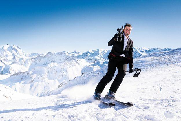 Sur les pentes de Courchevel, il s'est amusé pour nous à jouer au coursier livrant ses skis sur les pistes. En médaillon : le 12 février 2006, il décrochait la médaille d'or aux JO de Turin.