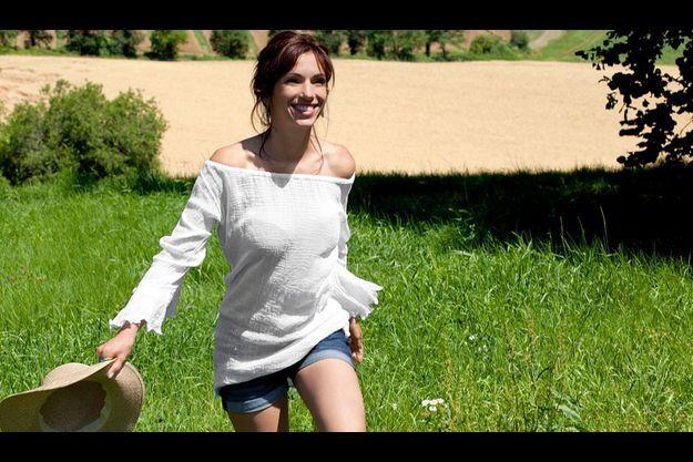 Aure Atika dans la campagne, près de sa maison.