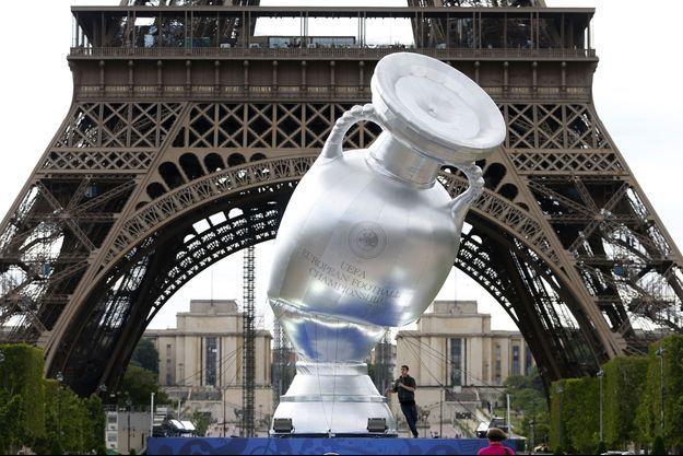 Une réplique de la Coupe d'Europe devant la Tour Eiffel, à Paris