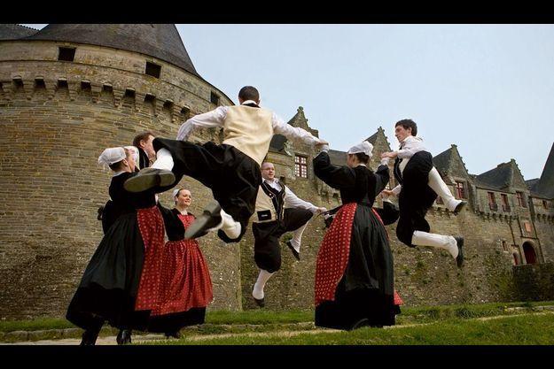 La gavotte des Pourlets sous les murs du château des Rohan (XIIIe siècle) à Pontivy par les danseurs du cercle Kerlenn Pondi.
