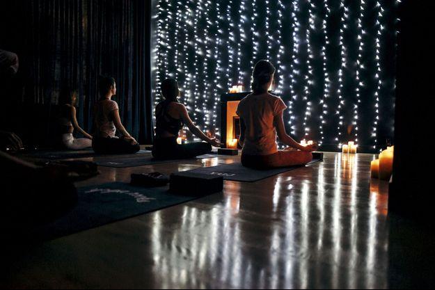 hez Yuj Yoga, à Paris, les pratiquants sont plongés dans l'obscurité et à peine éclairés à la bougie.