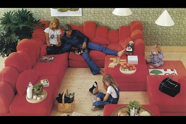 1974. Le canapé nomade. Dromadaire, de Hans Hopfer pour Roche Bobois, échappe à toutes les conventions. Il est voué à devenir un immense lounge de relaxation.