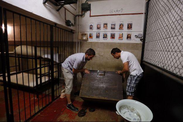 Enfermée dans une salle, une équipe doit résoudre des énigmes en un temps limité grâce à des indices.