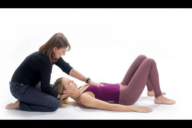 Ici, en cours individuel, le praticien aide à ressentir le mouvement.