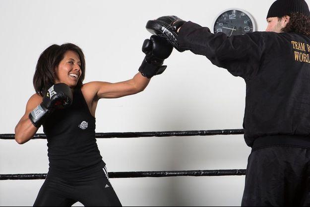 Audrey Pulvar pratique la boxe avec son coach, Raynald Fucho, entraîneur de full-contact, dans la salle Sweat Boxing.