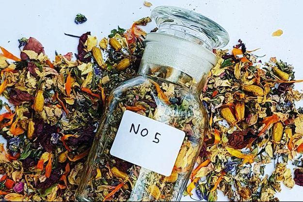 Cette infusion d'exception concoctée par l'herboristerie No Nice Organic est composée de fleurs précieuses aux vertus apaisantes et adoucissantes pour les bronches et la gorge.