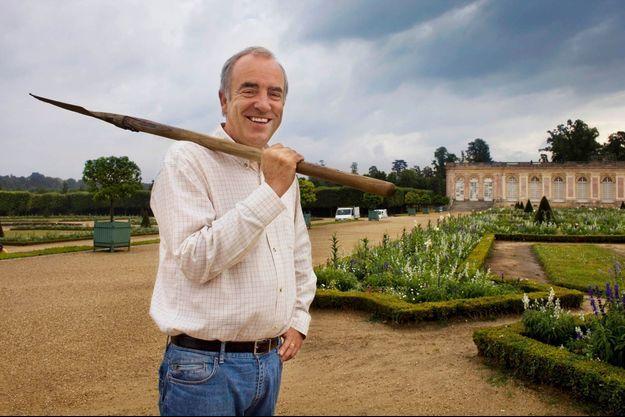 Alain Baraton, jardinier en chef de Versailles, au domaine du Grand Trianon, le royaume des fleurs.