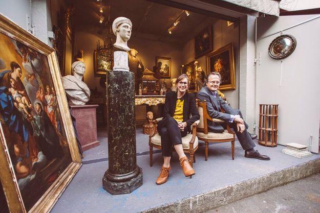 Fan de mobilier louis xiV et empire, Jean-Cyrille Boutmy pose ici avec la directrice des marchés, Marion Dufranc.