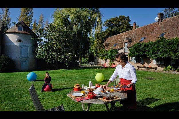 Près de Chartres, Le Moulin de la Ronce, son parc de 2 hectares et son étang. Laurence, ici avec sa fille Louise, a récemment ouvert sa maison aux hôtes. Une destination week-end « campagne chic » à une heure trente de Paris.