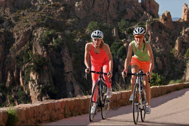 Entre Cargèse et Porto, Marion Rousse (à g.) et Pauline Ferrand-Prevot jouent les cyclotouristes dans les calanche de Piana.