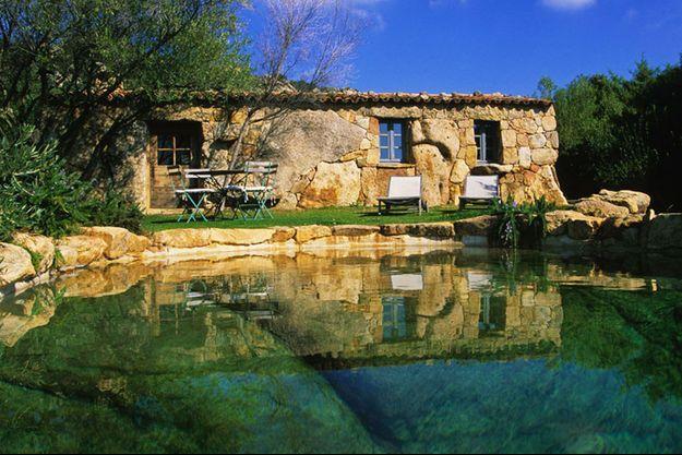 Comme une bergerie tranquille, aux pieds d'une piscine creusée dans la pierre ancestrale.