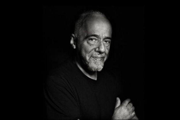 Paulo Coelho en noir et blanc, des couleurs pour chanter la vie dans ses contrastes les plus profonds.