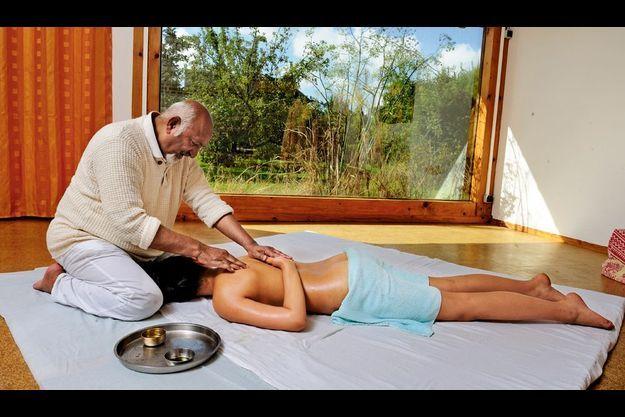 Kiran Vyas effectue des massages avec un art du mélange des huiles. Il est le premier à avoir ouvert un centre ayurvédique en France, en 1983.