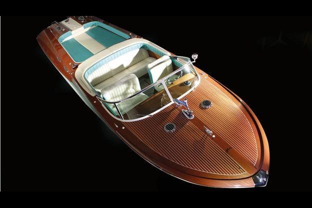 Vingt-quatre couches de vernis protègent le fameux acajou. Le bleu turquoise est inspiré des Cadillac des années 1950.