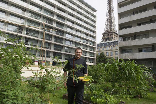 Le chef Andrew Wigger récolte chaque matin herbes, fruits et légumes pour composer sa carte.