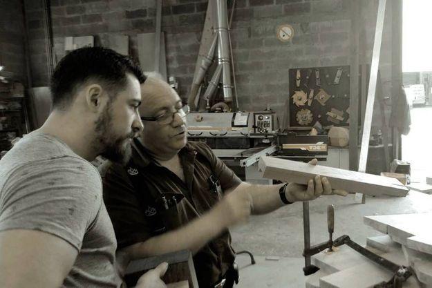 Florent Blanchard, designer de DOD, et Eric Moro, ébéniste (Moro & fils) dans l'atelier où sont sélectionnés les bois usagés.