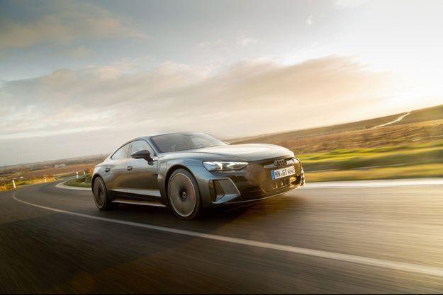 L'e-tron GT récupère 80% de son autonomie en une vingtaine de minutes sur une borne de charge rapide des 72 stations du réseau Ionity en France. Le kilowattheure, lui, est facturé 0,10 €.