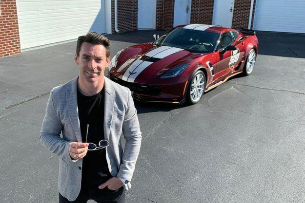 Par tradition, Chevrolet offre le pace car des 500 Miles d'Indianapolis au vainqueur. Simon est donc l'heureux propriétaire de cette Corvette Grand Sport.
