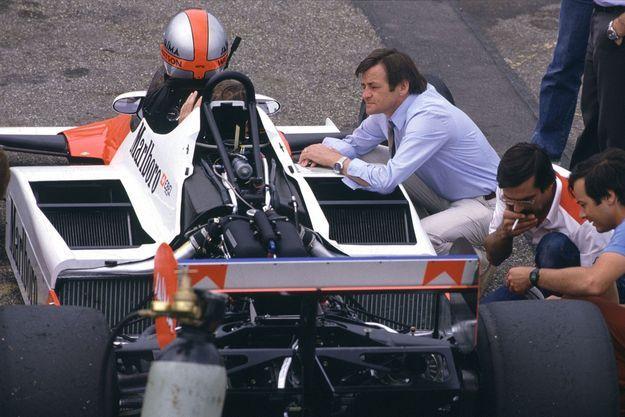 Hans Mezger en juin 1983 aux côtés d'une McLaren MP4-1E.